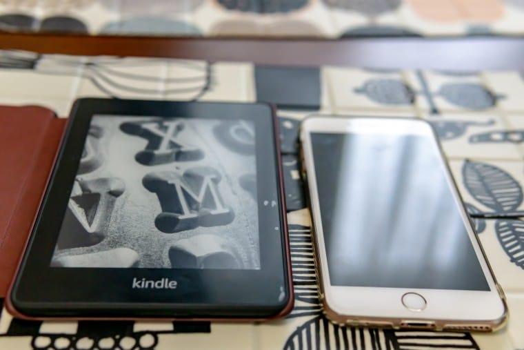 写真:Kindle PaperwhiteとiPhone6sPlus