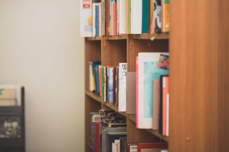 写真:乱雑な本棚