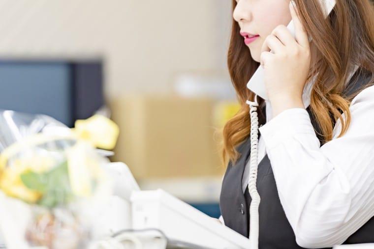 写真:電話応対する女性