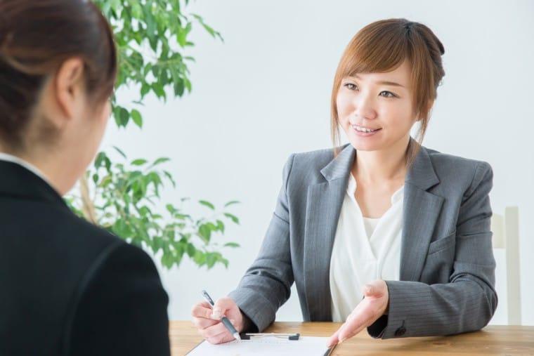 写真:相手に質問する女性