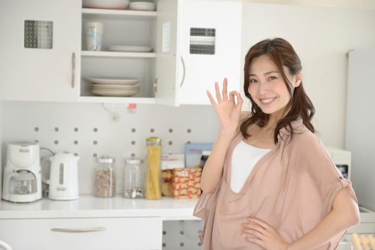 写真:キッチンに立つ女性
