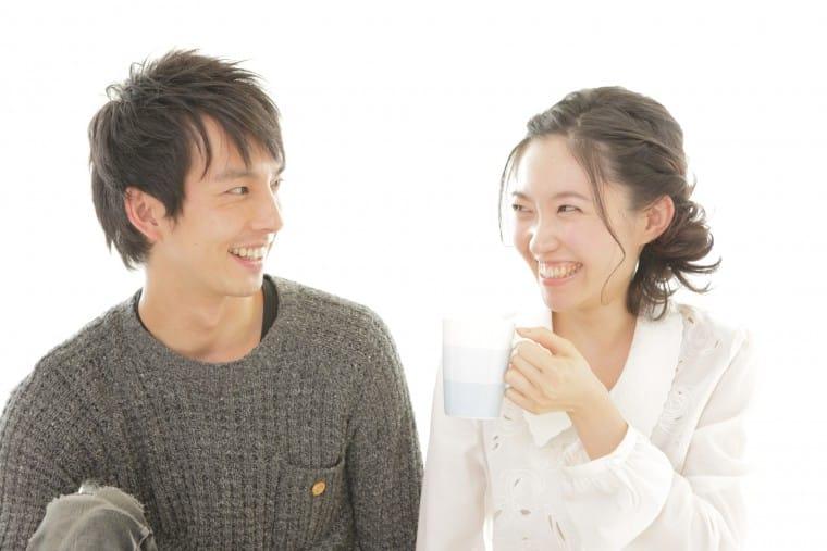 写真:笑顔のカップル