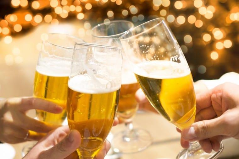 写真:ビールで乾杯