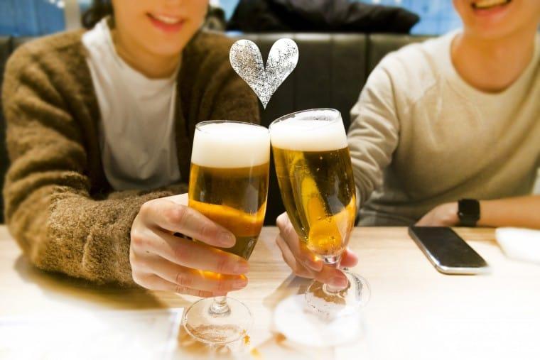 写真:乾杯する男女