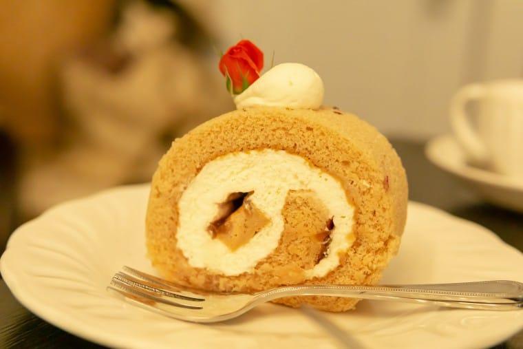 写真:薔薇の香るスィートロールケーキ