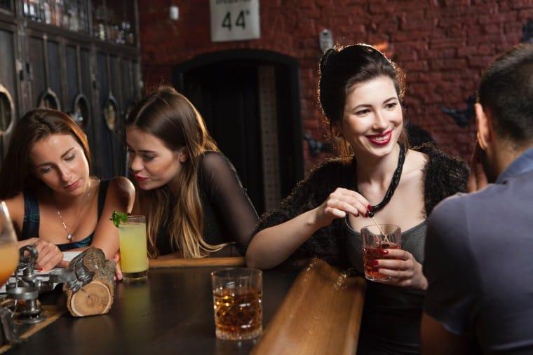写真:カウンターで飲む人たち