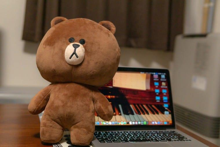 写真:ブラウンとMacBookPro
