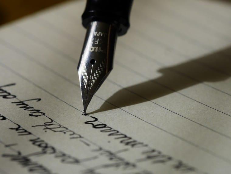 写真:文章を書く様子