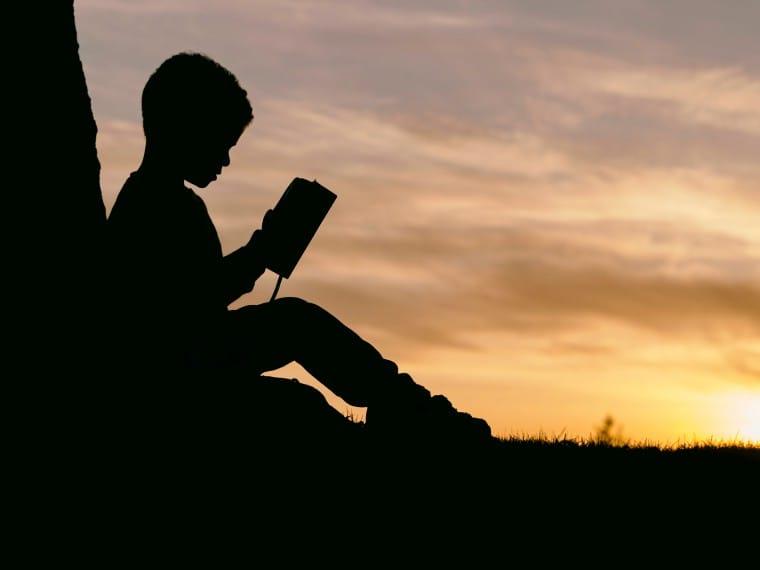 写真:読書する子ども