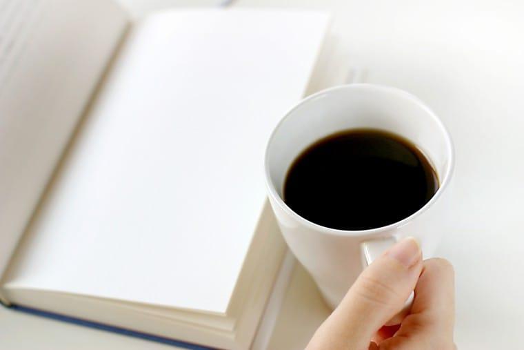 写真:読書しながらコーヒー