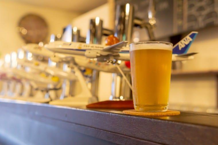 写真:モヤモヤベースの店内とビール