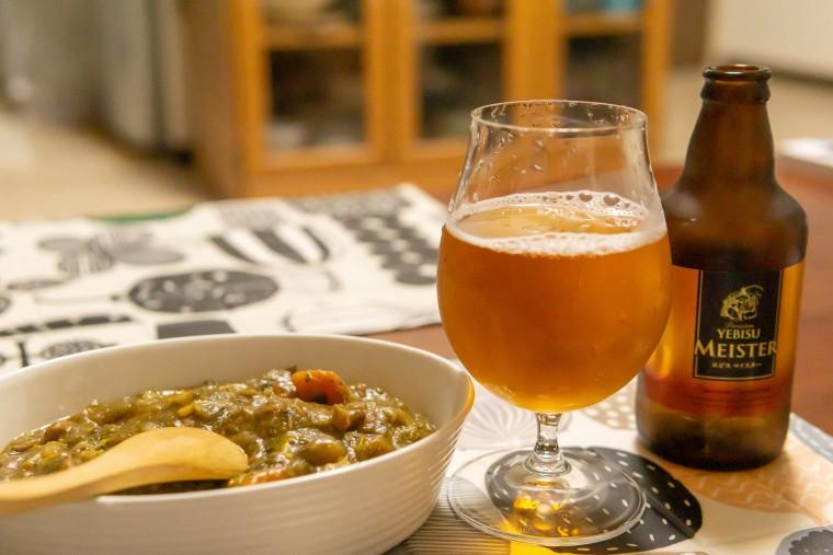 写真:ビールで煮込んだカレーとビール