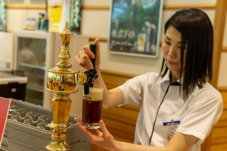 写真:試飲ビールを注ぐ人