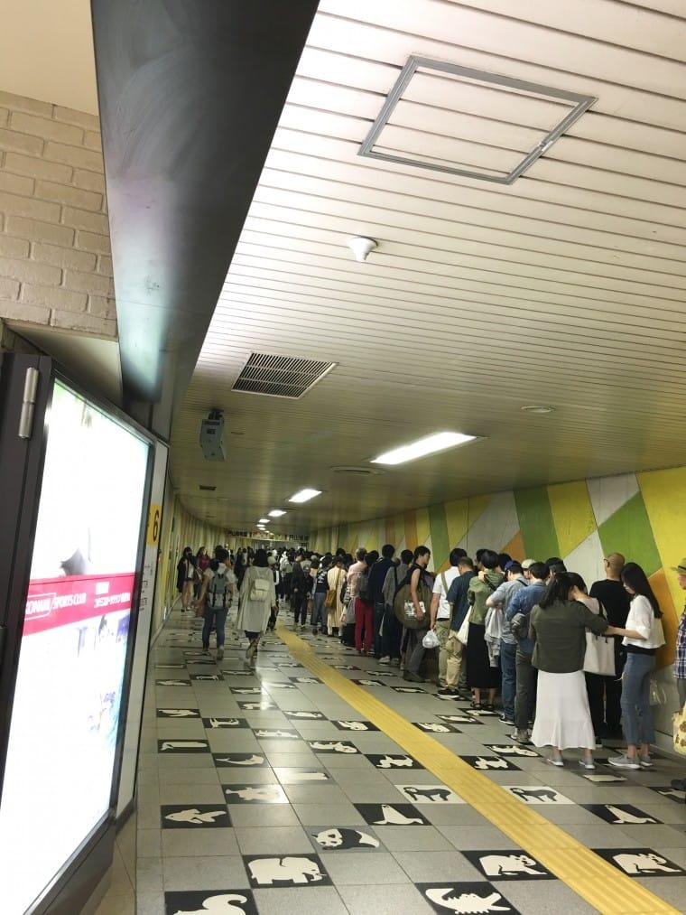 写真:円山公園駅で無料シャトルバスを待つ列