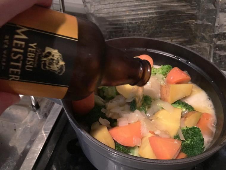 写真:鍋にビールを注ぐ