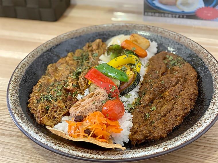 写真:こだわりスパイシーポークカレー素揚げ野菜にパキスタン風無水カレーのあいがけ