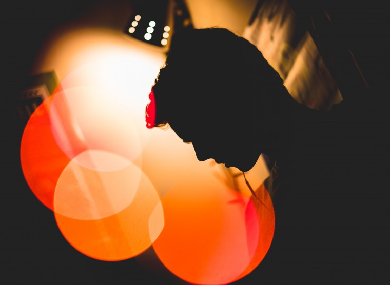 写真:イヤホンで音楽を聴く人