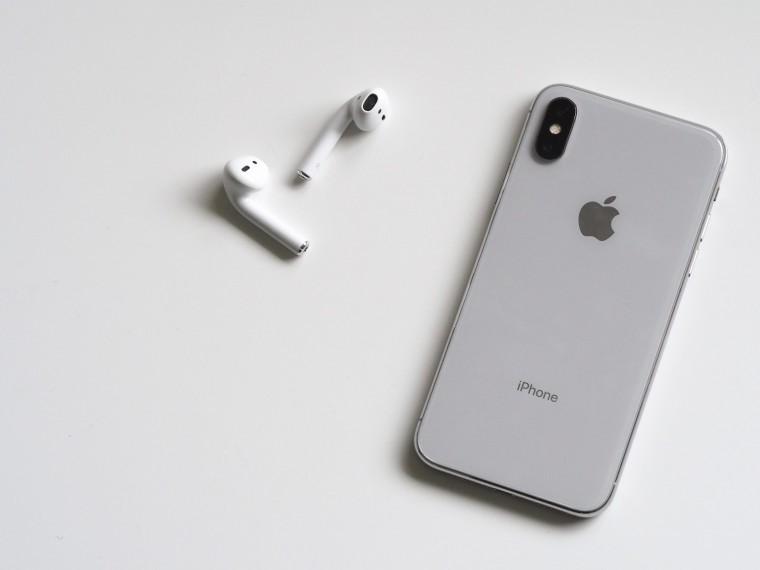 写真:ワイヤレスイヤホンとiPhone