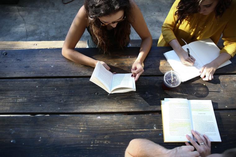 写真:仲間と勉強する様子