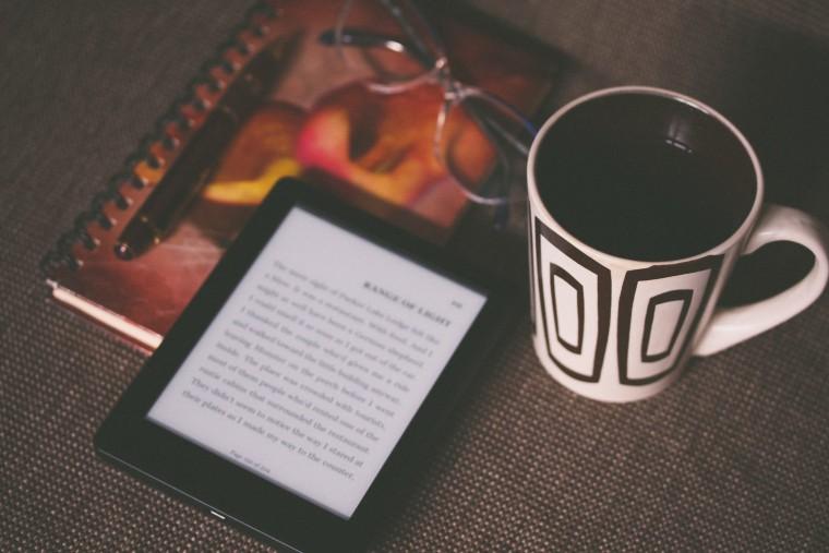 写真:Kindleとコーヒー