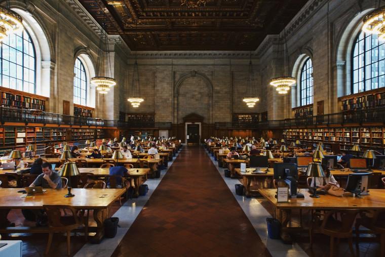 写真:図書館で勉強する様子
