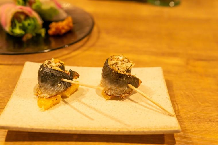 写真:北海道産イワシの香草焼きとオレンジ