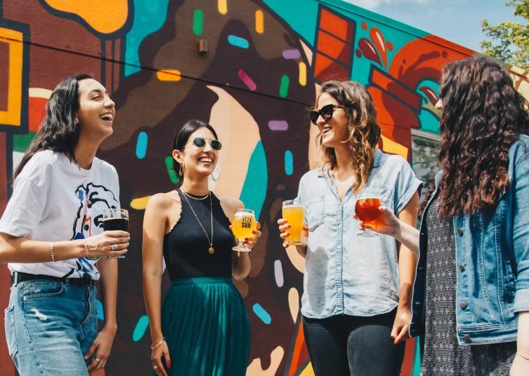 写真:ビールを飲みながら話す女性たち