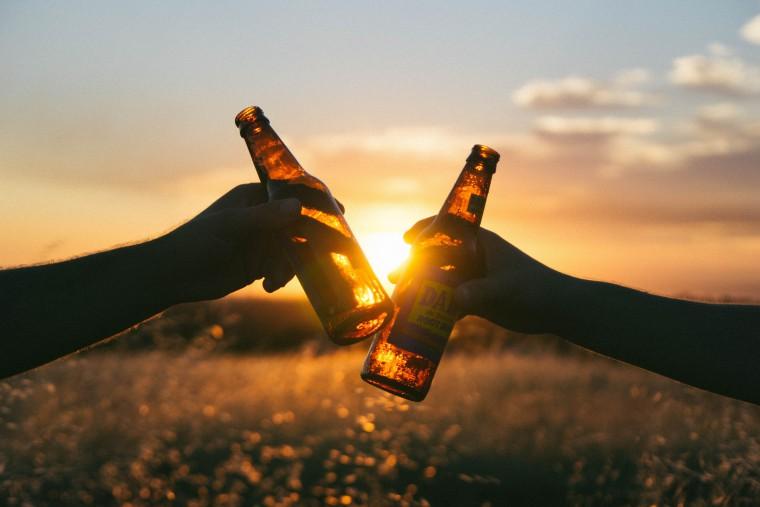 写真:ビールで乾杯する様子