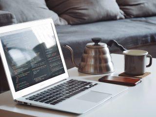 写真:ノートパソコンとコーヒー