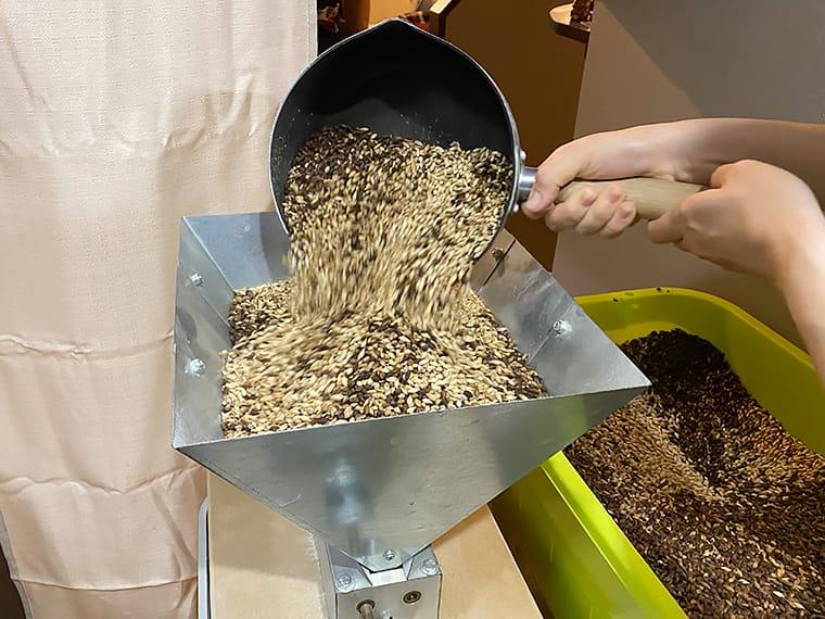 写真:麦芽を挽く様子