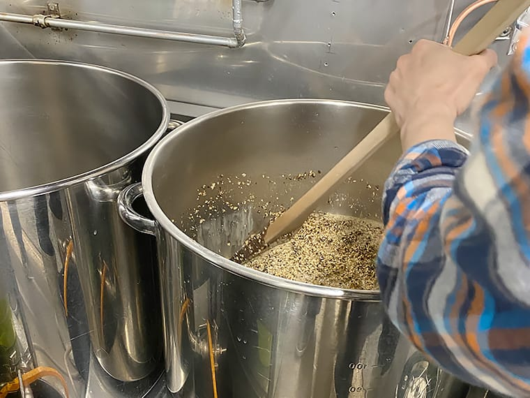 写真:お湯に入れた麦芽をかきまぜる様子