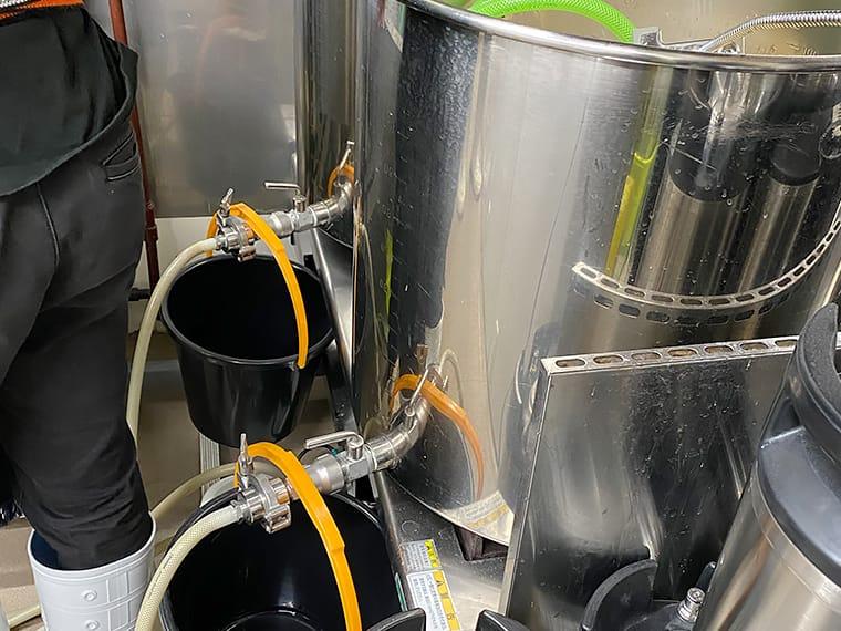 写真:麦汁をホースで移す様子