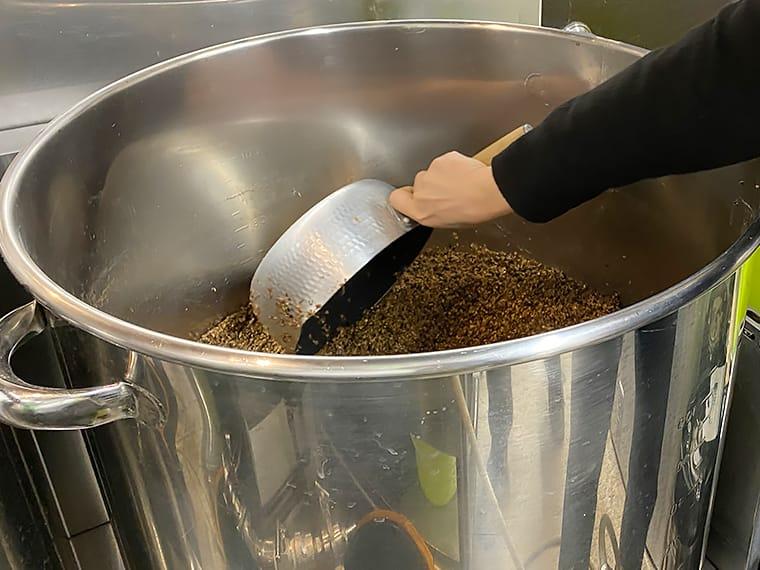 写真:麦芽かすを取り除く様子