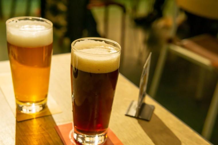 写真:ニセコビールのポーター蝦夷とIPA深雪