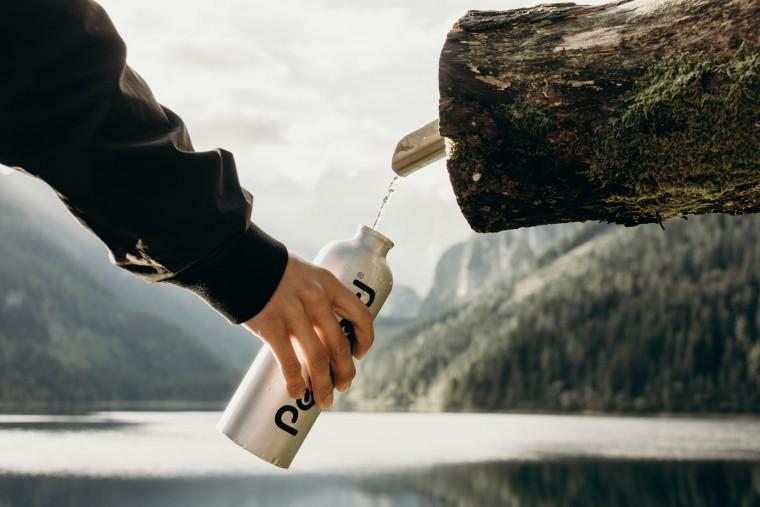 写真:水をくむ様子