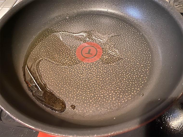 写真:フライパンに油を入れた様子