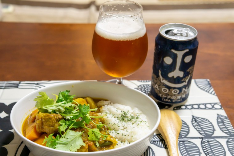 写真:クラフトビールで煮込んだカレーとインドの青鬼