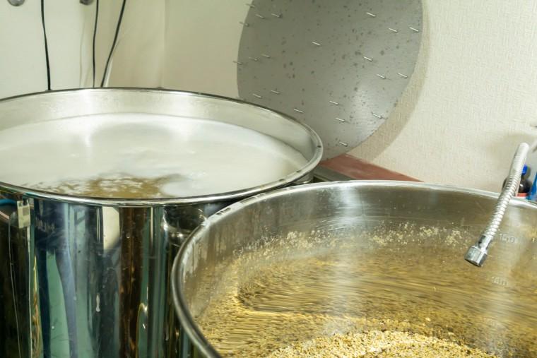 写真:麦汁を移す様子