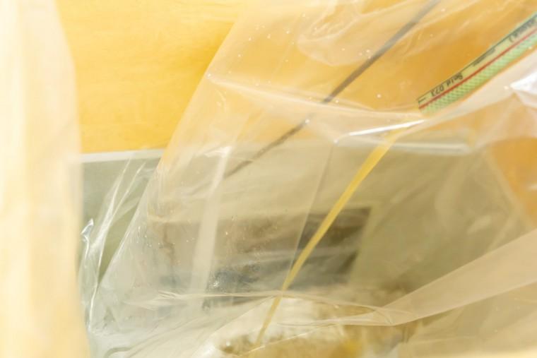 写真:麦汁を袋に入れる様子