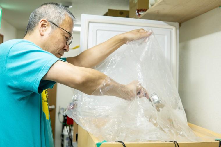 写真:酵母を入れる齋藤さん