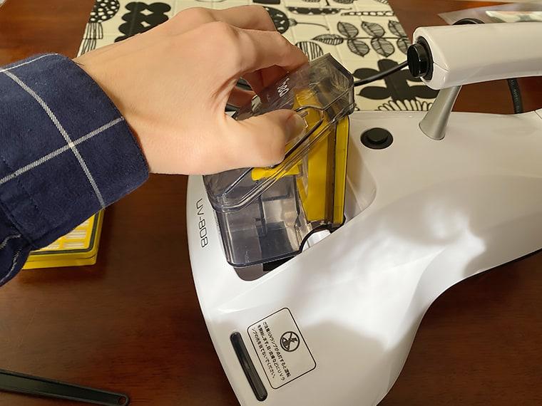 写真:Dibea UV-808のダストカップを取り外す様子