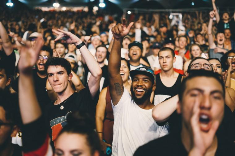 写真:盛り上がる聴衆