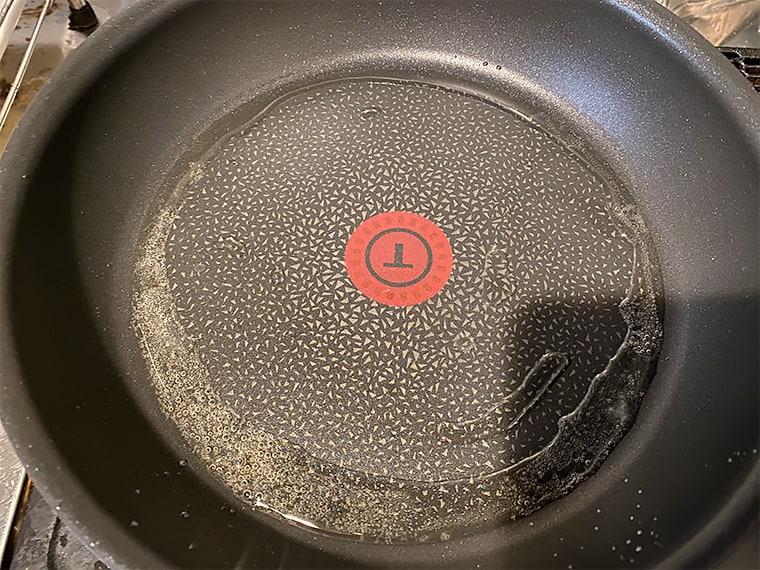 写真:ティファール IHハードチタニウム・プラス フライパンを加熱している様子