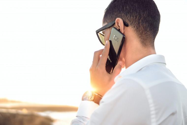 写真:電話する男性