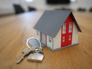 写真:鍵と家