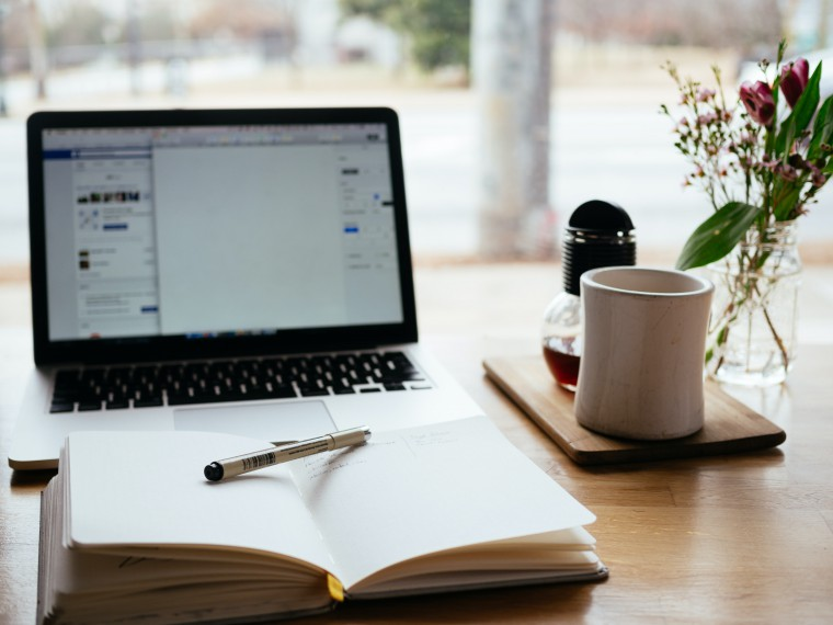 写真:パソコンに向かって勉強する様子